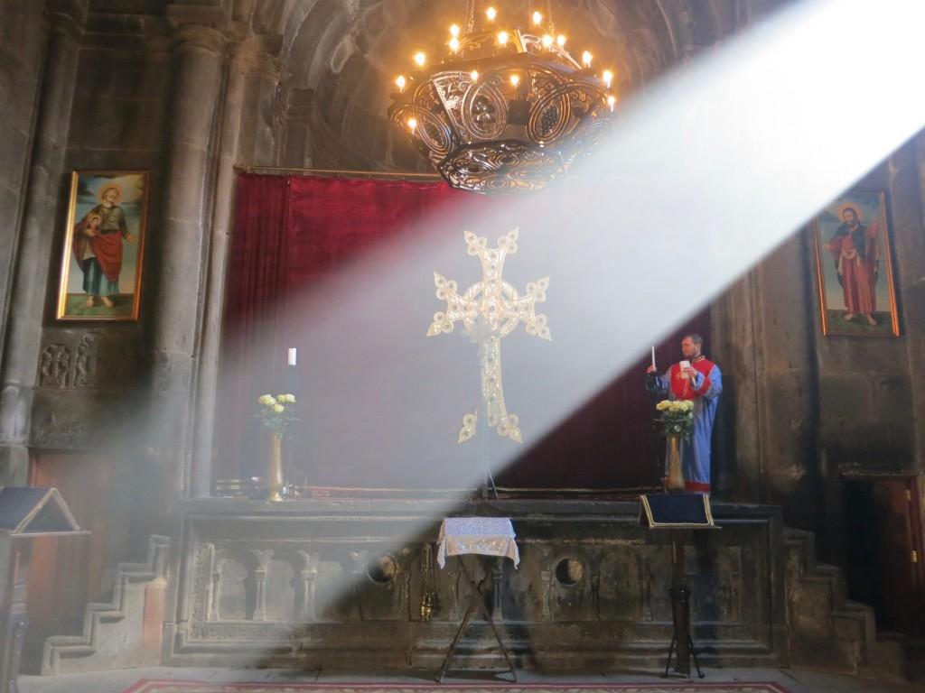Armenia, la luce penetra nei monasteri dalle alte finestre creando un'atmosfera mistica. Foto di Enrico Radrizzani per La Compagnia del Relax.