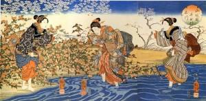 Descrizione della foto: il pannello di Kuniyoshi è intitolato Le Cortigiane, ritrae tre donne che vestono un tradizionale kimono giapponese. La prima a sinistra è sulla riva circondata da un cespuglio di rose, h nella mano sinistra un asciugamano che le seconda donna, con i piedi nell'acqua fino alle caviglie, tende con la mano destra, la terza donna alle spalle della seconda, anche lei nell'acqua solleva con la mano sinistra il kimono per non bagnarlo, guarda verso le altre due. Il cielo azzurro è sullo sfondo su cui spiccano fiori bianchi di ciliegio.