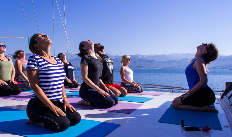 Sull'ampio ponte del caicco praticando yoga