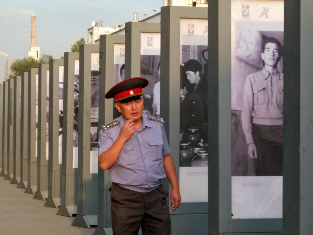 Kirghizistan, Bishkek. Poliziotto alla mostra di fotografie.